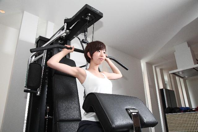 筋力トレーニングをする